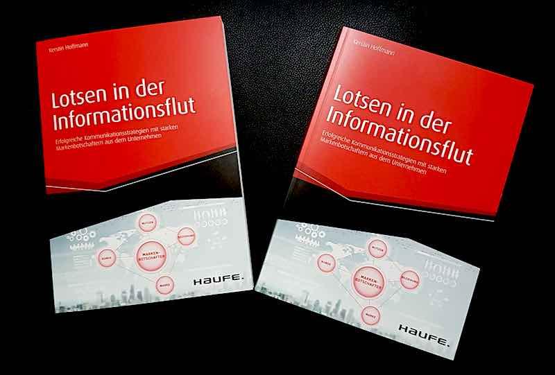 """Zwei gedruckte Ausgaben von """"Lotsen in der Informationsflut"""""""