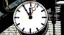 Uhrzeiger auf fünf vor 12